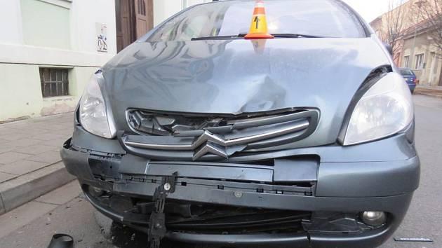 Řidič zapínal za jízdy světla, skončil v zaparkovaném autě.