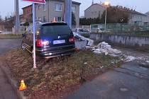 Psa se polekal řidič v Prostějově a díky tomu sjel ze silnice a narazil do elektrického rozvaděče.