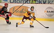Hokejisté Prostějova (v černém) doma porazili Jihlavu 3:2.Tomáš Čachotský (Jihlava)