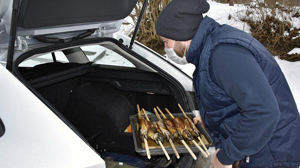 Pečení makrel v konické Zámecké zahrádce - 16.1. 2021