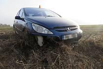 Řidička skončila s autem v poli