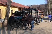 Zrestaurovaný pohřební kočár a jeho stěhování
