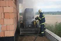 V Držovicích hořel bagr.
