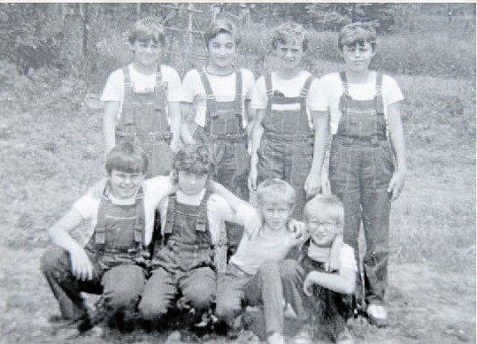 STARŠÍ ŽÁCI v roce 1985. Na fotografii: stojící zleva: I. Pospíšil, F. Mazánek, R. Pospíšil, S. Tylšar, sedící zleva: V. Rozsíval, J. Tylšar, M. Horník, B. Konečný.