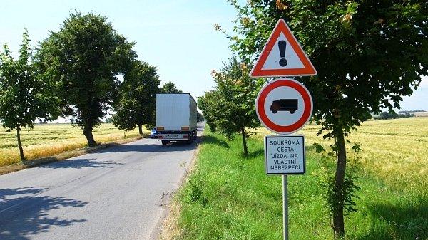 Zákazová značka na staré cestě uOlšan