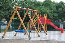 Nové dětské hřiště ve vnitrobloku sídliště na Kostelecké ulici