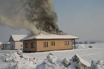 Oheň zcela zničil podkroví a polovinu horního patra rodinného domu ve Vrahovicích