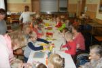 Pravidelná setkávání s dětmi z MŠ Prostějovičky, při kterých děti společně s klienty našeho domova  vytváří výrobky, které  následně slouží k výzdobě domova.