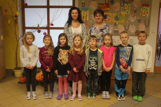 Žáci 1.třídy ze ZŠ Rozstání spaní učitelkou Ivanou Bezděkovou a paní ředitelkou Miloslavou Vystavělovou (vlevo)