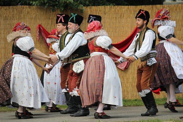 Milovníci folklóru se vsobotu odpoledne sešli vKralicích na Hané. Místní soubor písní a tanců KLAS společně se soubory KLÁSEK a KLÁSEČEK zde uspořádaly už 15.ročník Kraleckých klebet