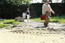 Opravy chodníků ve Smetanových sadech