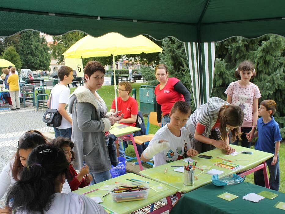 Studenti a absolventi Cyrilometodějského gymnázia obsadili ve středu prostějovské náměstí. Škola totiž slavila dvacet let od svého vzniku.