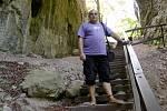 Jiří Pospíšil z Prostějova je nadšený bosochodec a tvůrce stovek turistických, historicky laděných, reportážních a a apokalyptických videí na youtube.