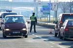 Dopravu v centru Prostějova, kudy projížděly automobily z uzavřené dálnice, pomáhali řídit strážníci prostějovské Městské policie.