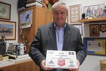 Bývalý primátor Prostějova Miroslav Pišťák ve své kanceláři s pamětní deskou, kterou mu věnovali prostějovští vojáci