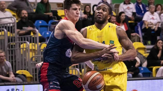 Olomoucko (ve žlutém) porazilo na domácí palubovce Basket Brno 84:69.
