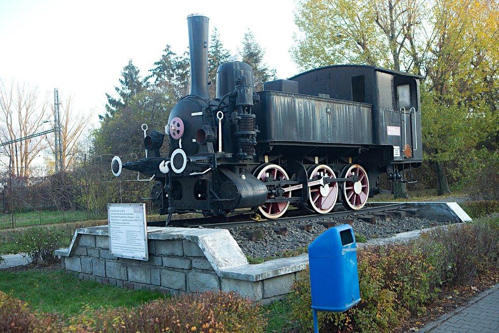 Stěhování historické parní lokomotivy, která stála před prostějovským hlavním nádražím, do muzea ČD v Lužné u Rakovníka.