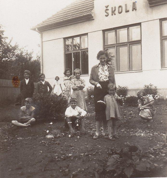 Při práci na školní zahradě, 1939.