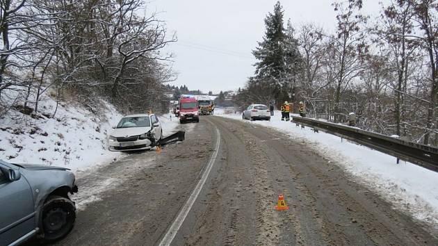 Rychlá jízda na zasněžené silnici u Plumlova. Výsledkem je nehoda tří aut a celková škoda za pětadevadesát tisíc korun.¨