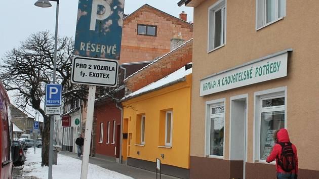 Parkování před obchodem s chovatelskými potřebami v Mlýnské ulici v Prostějově