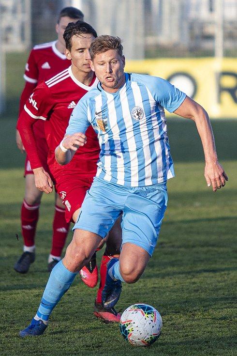 Fotbalisté Prostějova (v modro-bílém) porazili ve druhé lize Vyšehrad 3:0. Jakub Rolinc