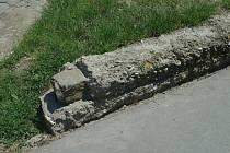 Fragment zbourané hřbitovní zdi podle mínění nadace.