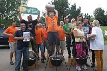 Plumlovský kotlík 2015 - v hodnocení odborné poroty zvítězil tým Vocasi (v oranžovém), druhý skončil tým Mirga (vlevo), bronz brali Teletubbies (vpravo)