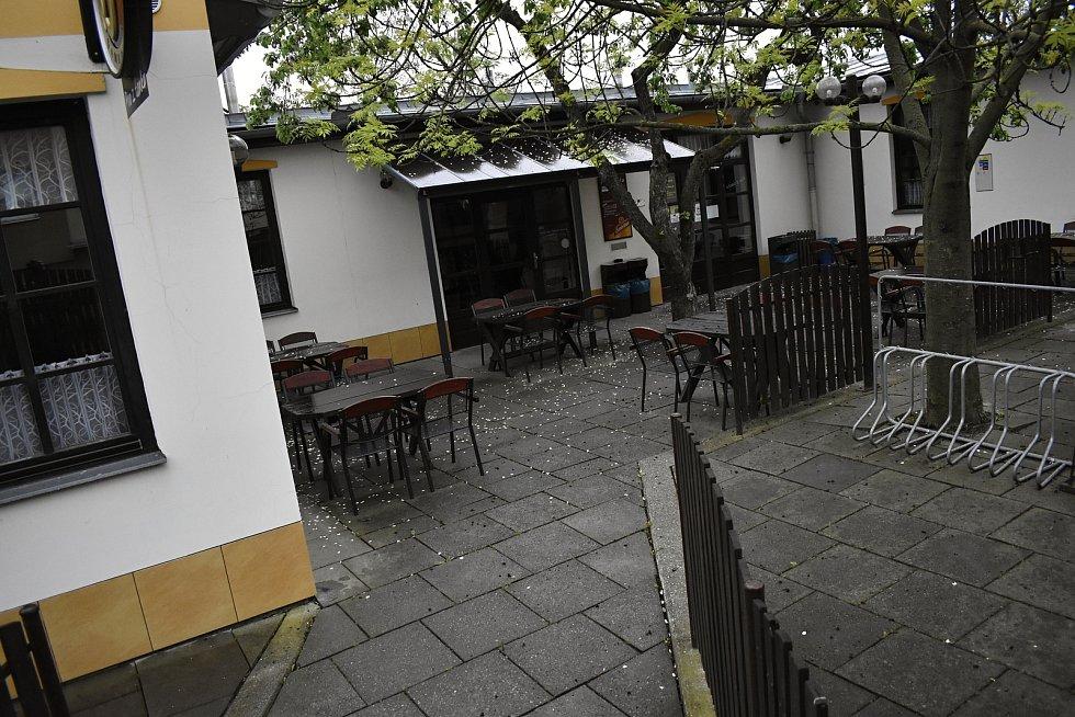 Prostějovské restaurace a pivnice čekají netrpělivě na pondělní restart výčepů. Zahrádky jsou zatím opuštěné. Hostinec U Anděla v Melantrichově ulici.