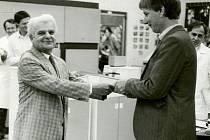 František Nezval předával generálnímu řediteli OP Jílkovi do provozu počítač EC1027.