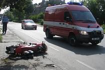 S těžkým zraněním byl ve středu 25. 6. odvezen do nemocnice mladík, který položil motocykl u mostu ve Vrahovicích v Prostějově a narazil do auta jedoucího před ním.