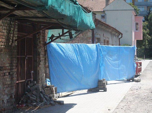 Úzká ulička stranou dění. Taková je Předina, místo, kde kriminalisté v těchto dnech řeší vraždu.