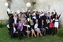 Studenti Oktávy CMG nedávno převzali svá maturitní vysvědčení v prostějovském kostele Povýšení sv. Kříže. Poté následovala Zahradní slavnost v Rajské zahradě chrámu.