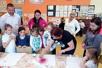 V Olšanech otevřela škola své dveře: přivítala současné i budoucí školáky, dorazili i rodiče.