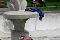 Z kašny na náměstí Spojenců by měla do měsíce tryskat voda. Dělníci nyní instalují novou technologii.