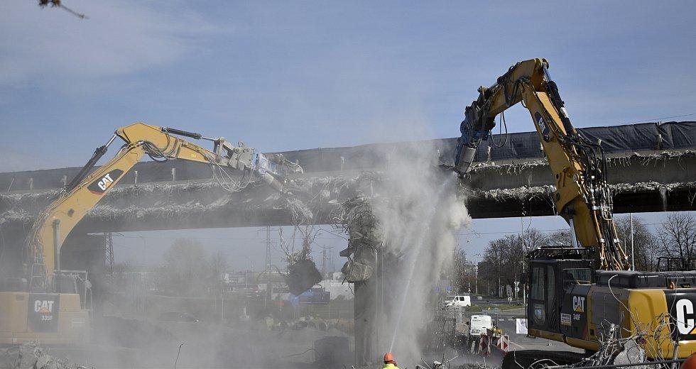 Dálniční most na D46 ve směru na Brno mizí doslova před očima. Zobáky bagrů ho už více než z poloviny rozklovaly.