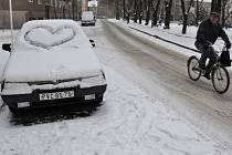 Na náměstí Spojenců v úterý kolem poledne odstraňovali řidiči s těžkou technikou další sněhovou nadílku.