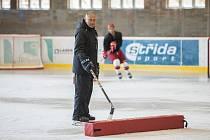 Trenér Jiří Šejba na tréninku hokejistů Prostějova.
