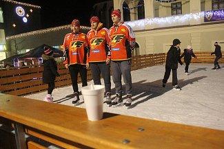 Na prostějovském náměstí TGM se v úterý po šesté hodině proháněli s obyvateli města i hokejoví Jestřábi. Kdo chtěl, mohl s nimi zajít i na punč.