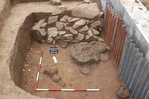 Vzácný archeologický nález čtyř komorových hrobů ze 6. století před Kristem zaznamenali odborníci v Domamyslicích na Prostějovsku.