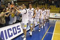 Basketbaloví Orli se zdraví s diváky