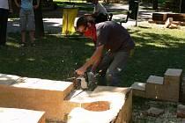 Rumunský sochař si v pondělí 28. července nechal své rozpracované dílo postavit jeřábem, aby viděl, jak bude vypadat v konečné poloze. Byl by rád, kdyby jím pak mohl projít každý, kdo bude chtít.