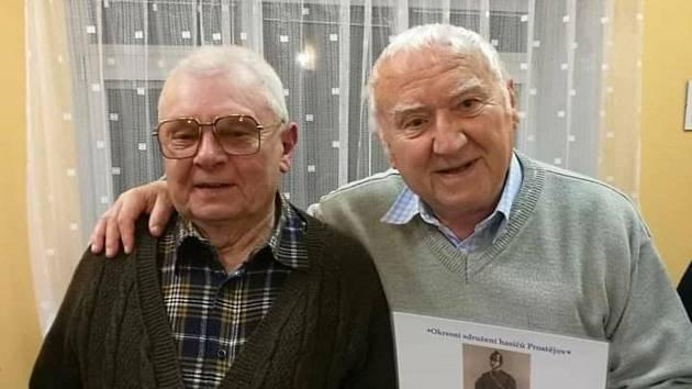 Čtyřiaosmdesátiletý rodák ze Stínavy Jiří Vymazal (na snímku vpravo) píše knihu o historii své rodné obce.