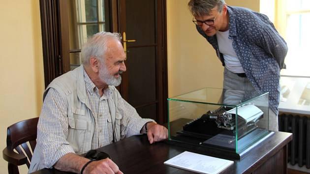 Zdeněk a Jan Svěrákovi ve svém muzeu v Čechách pod Kosířem obdivují starý psací stroj, na němž Zdeněk Svěrák roky psával