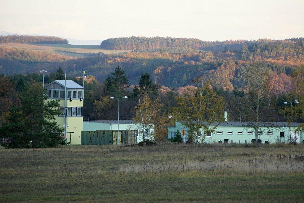 Armádní střelnice v Hamrech na Prostějovsku - strážní věž a hala pro střelby
