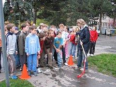 Odmítavý postoj k drogám vyjádřili žáci Základní školy v ulici Dr. Horáka v Prostějově během kolem školy.