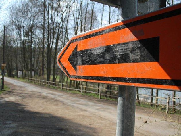 Oprava uzavřela hráz Podhradského rybníka v Plumlově, lidé musí jet do kempu Žralok objížďkou kolem plumlovské přehrady