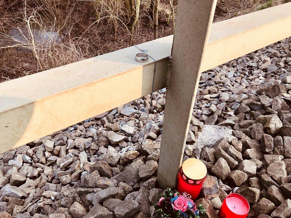 Na místě pivínské tragédie jsou svíčky a prstýnek s řetízkem.