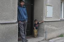 Rodina Tulejových se má od Vsetína dočkat oprav zchátralého domku v Čechách pod Kosířem. V obci na Prostějovsku žije rodina již druhým rokem. Nemovitost však stále nevlastní a pobývá v ní bez řádné smlouvy.