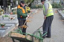 Padající listí na bedihošťském hřbitově i odpadky po některých návštěvnících uklízel spolu s pracovníky z úřadu práce v nedávných dnech také starosta obce Jiří Zips.