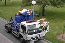 Vyvážení kontejnerů s domácím haraburdím v Prostějově